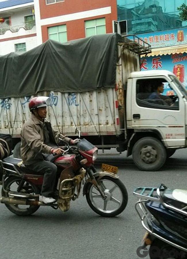 """上映当天,片方发布四款刘德华个人海报及衣食住行剧照,大力烘托电影气质,海报中曝光了刘德华在路途中状态,彻底化身农民的他或蹲在路边吃泡面、或在水里捞摩托车,每个细节都直击人心。从17日开始,《失孤》已在上海、成都和厦门进行了分别以""""坚持""""、""""热情""""、""""真诚""""为主题的""""暖心之旅"""",制片人王中磊、导演彭三源、主演刘德华全程参与,每到一个城市都掀起当地的热情风暴,盛况空前。"""