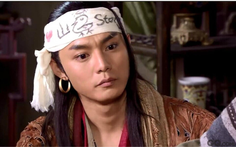 """他在《龙门镖局》中饰演满嘴港普的""""山鸡"""",虽然戏份不太多,但一出场弹幕里一群人高呼吴彦祖。"""
