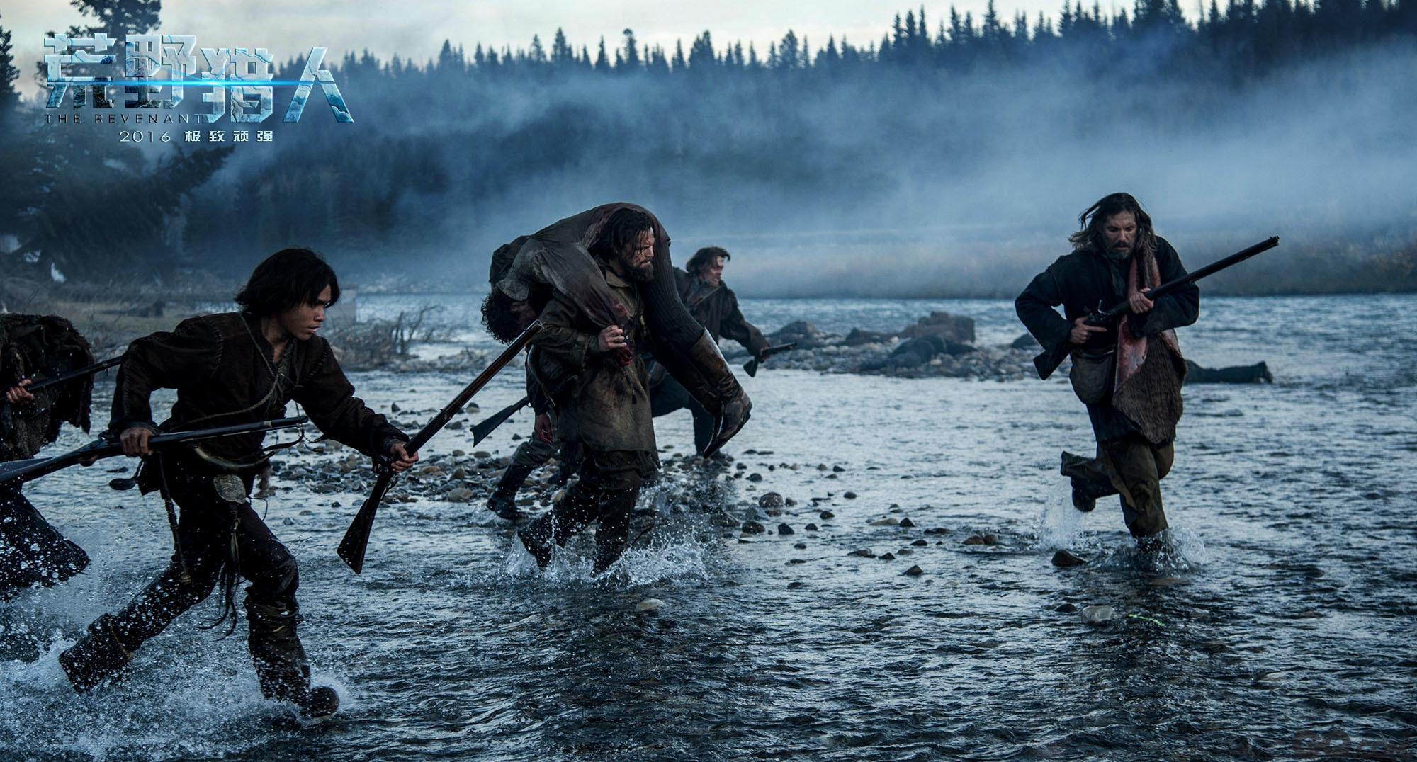 为什么是《荒野猎人》? 莱昂纳多在《荒野猎人》中的角色的确颇有难度,全片只有十几句台词,对于失去亲人的痛苦、被同伴背叛的愤怒等情绪都全靠肢体语言与表情展现。