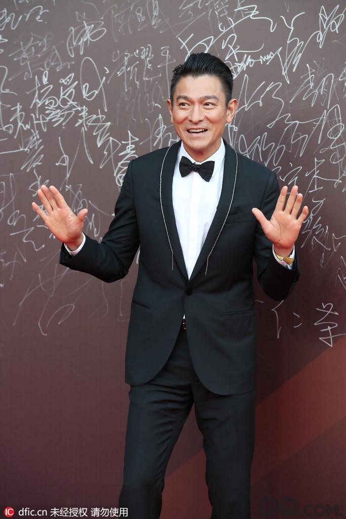 刘德华的温暖之帅。刘德华是华人娱乐圈影、视、歌多栖发展的代表之一,集坚毅、认真、永不言败等正能量品质于一身,堪称娱乐圈艺人的典范,从入行初期的青涩小生直到成名以后的全能艺人,他的帅气不曾改变,他是全民男神,是真正的中国式帅哥。