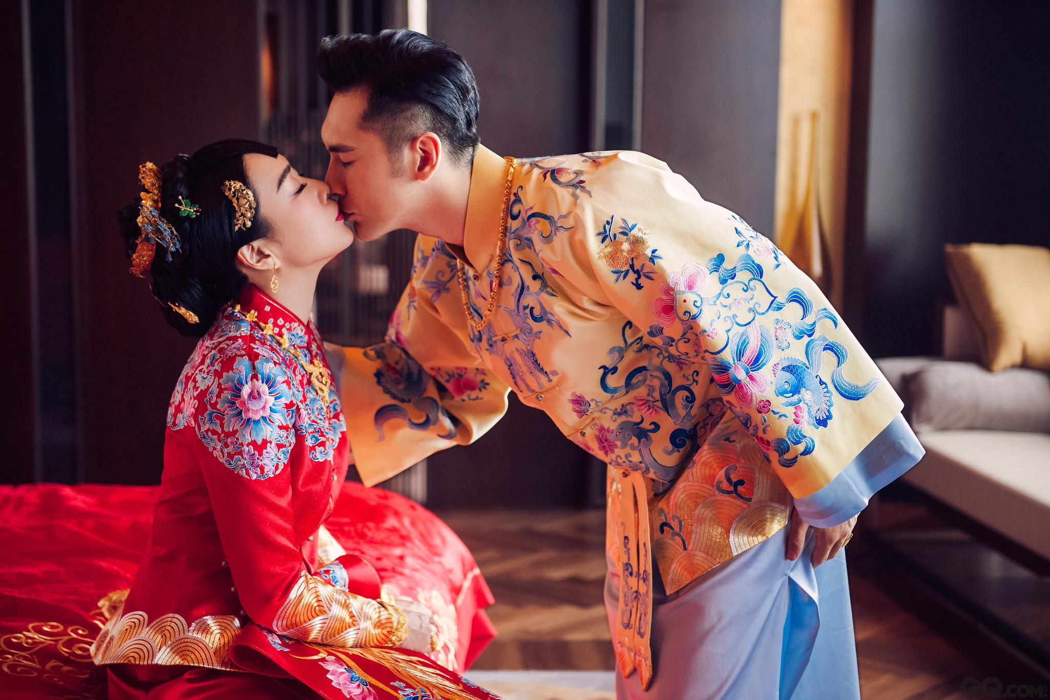 """日前,46岁""""性感女神""""钟丽缇和小12岁男友张伦硕的婚礼在北京举行,婚礼以""""人鱼夫妇回来了""""为主题,大海般蓝色布景,鲸鱼、水母等玩偶布置突出海洋元素。"""