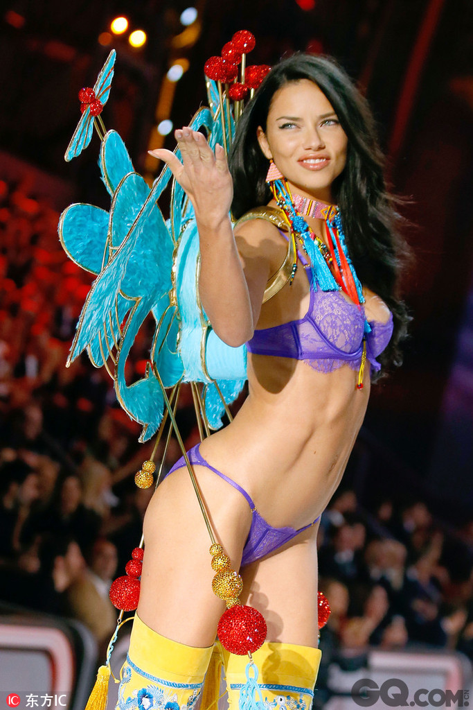 Adriana一共穿过三次Fantasy Bra,是穿过次数最多的天使,并且还担任了2003、2007、2008与2010年维秘的开场模特,良好的表现无疑让Adriana Lima成为当之无愧的台柱子。