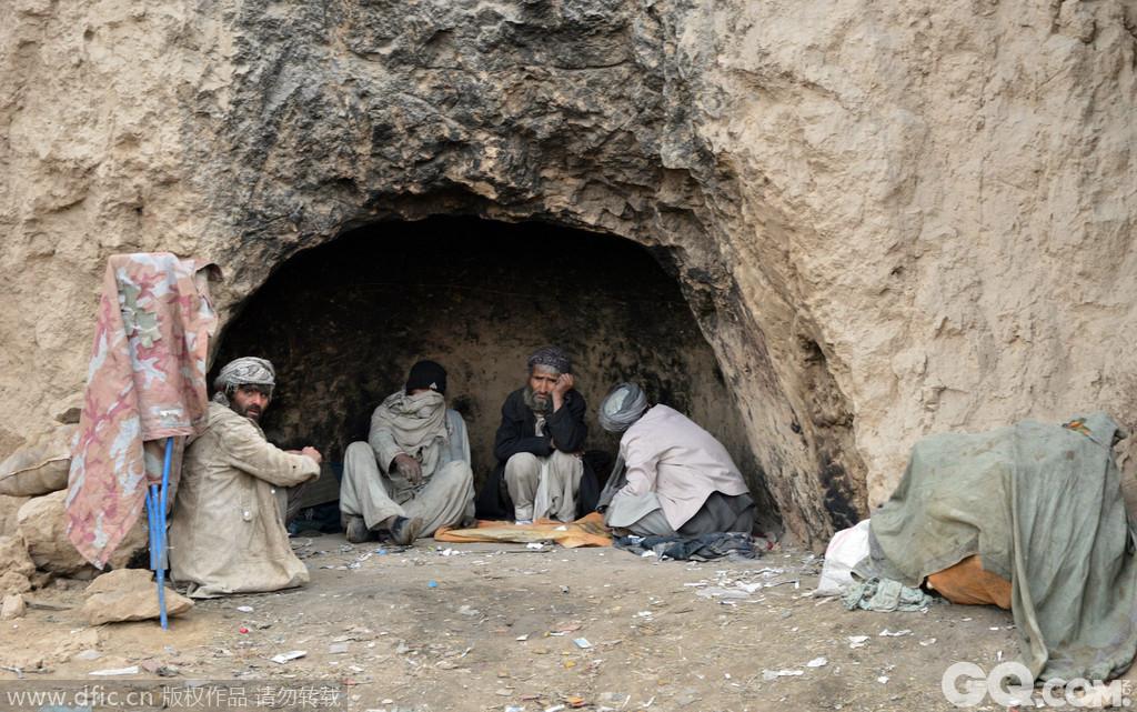 阿富汗也许是唯一一个不用介绍的世界穷国。大概超过70%的阿富汗人每天的消费不超过2美元。为了赚钱很多人在做着非法的交易。阿富汗是世界上最大的海洛因输出国。毒品问题是这个国家的不能承受之重,一项对阿富汗警方的调查表明大概这个国家17%的警察最近都吸过毒。甚至更糟-仅有30%的警察识字!难怪阿富汗是世界上最穷的国家之一。
