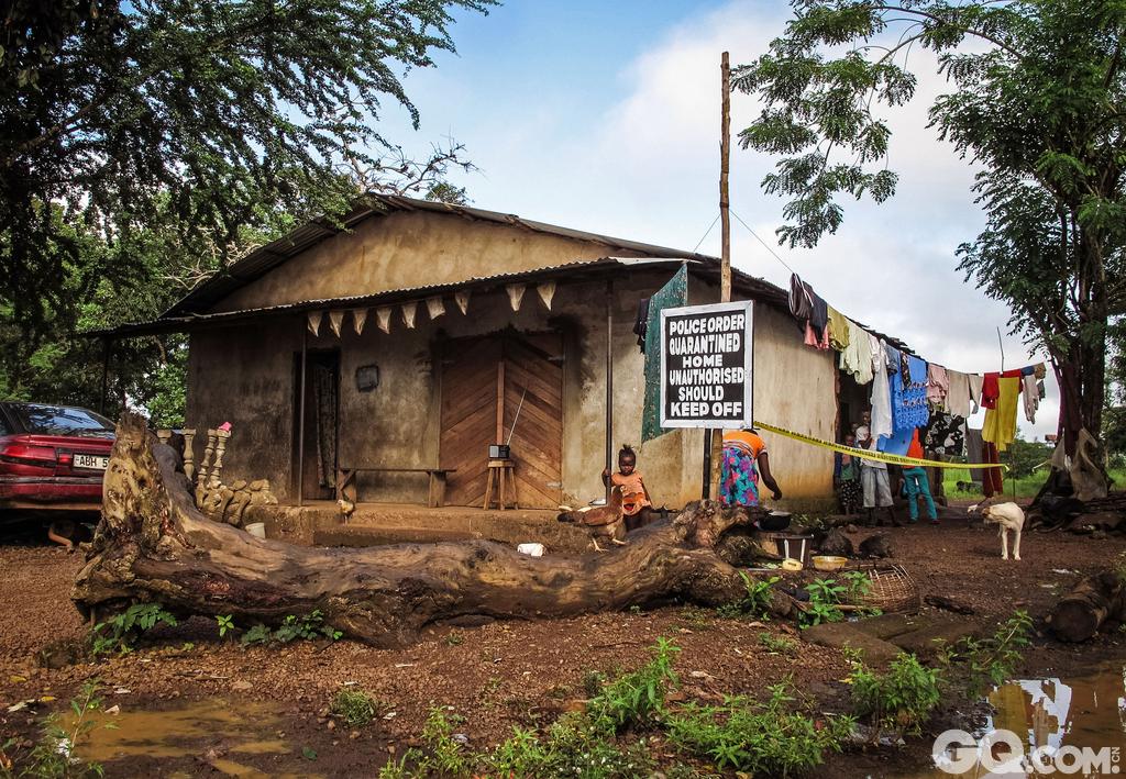 作为世界上最穷的国家之一,塞拉利昂也是世界上最大的钻石出口国之一。经过10年内战,50000人死亡,活下来的人生活变得更加穷困。国家的卫生系统又充满了问题。塞拉利昂的婴儿死亡率居世界之首,生活水平在世界基本算是最差了。难怪塞拉利昂是世界上最贫穷的国家之一。