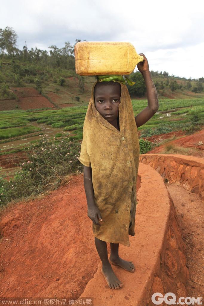 作为世界最穷的国家之一这个闭塞的非洲国家以部落之间领地的战争着称。这个国家贫穷的真正原因是因为连绵不绝的内战。堕落,贫穷向教育蔓延,HIV和艾滋在布隆迪蔓延。大约80%的布隆迪人过着贫穷的生活。贫穷决定了这个国家几乎要完全依赖国际援助才能生存。难怪布隆迪能成为世界第四穷国。