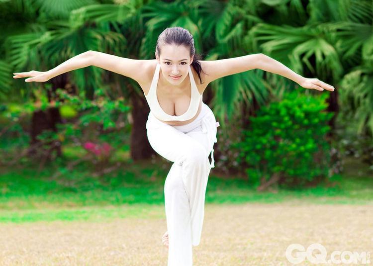 """""""亚洲最美瑜伽教练""""母其弥雅拍摄性感写真在网上流传引来网友围观,柔软的肢体和傲人的身材,不愧瑜伽界第一美女之称。"""