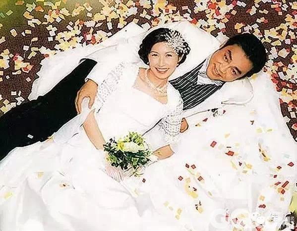 99年俩人结婚,青云大哥百万迎娶郭蔼明,单是婚纱就有13999颗水晶啊!婚后男方的事业越来越好,女方事业也不弱,09年前后逐渐淡出,专注家庭。郭蔼明英文好,还会修电视机(人家可是机械工程学硕士),刘青云还在记者面前大叹:结婚好幸福!