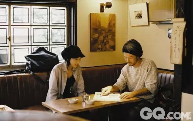 一青窈去书店找浅野忠信,二人在书店聊天,一青窈掏出一块表送给浅野忠信,随后浅野忠信找出录音机,两个人一块听CD。这个长达五分钟的固定镜头充斥着饱满的内在情感色彩,朴素而充满力量,让人在心里会心一笑:原来这就是咖啡时光的意义。