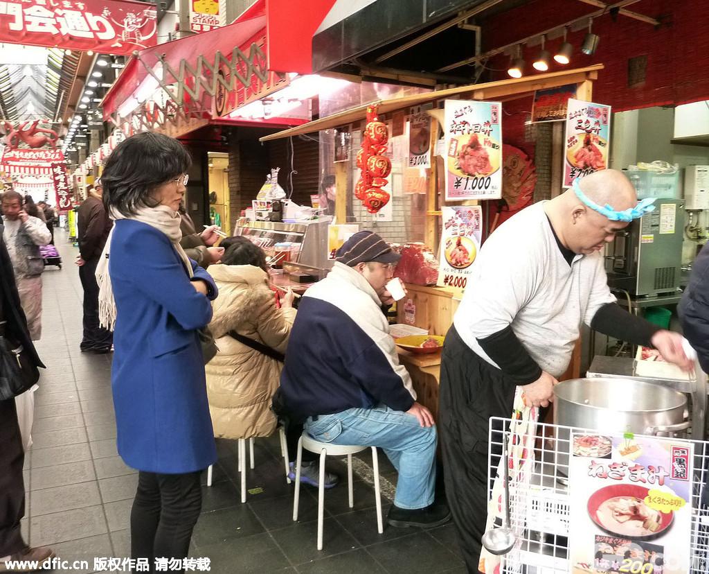 位于大阪市中央区的黑门市场近来成为了外国游客纷至沓来的热门景点。
