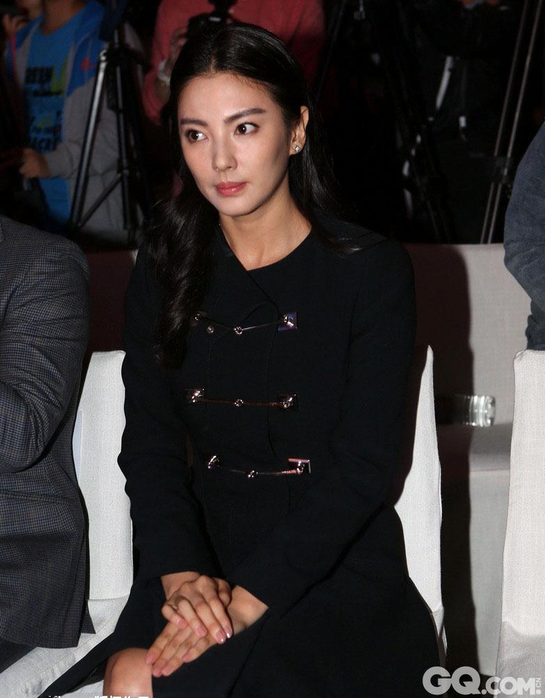 2014年12月15日,张雨绮现身上海出席活动,黑色大衣安静端坐展现淑女范儿。
