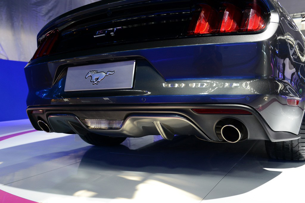 作为全球知名的经典跑车,福特Mustang在今年恰逢其诞生50周年,它所拥有的魅力绝不仅限于其50年间从未间断产销历史中所累积的920多万销量。论其受追捧程度,只要看看电影、电视、音乐作品和电子游戏便可见端倪。在2014广州车展期间,福特全新一代野马车型正式亮相,并且将于2015年1月正式发售。先期全新野马将推出搭载2.3升EcoBoost涡轮增压的车型,预售价为人民币42万元,未来还将推出搭载5.0升V8发动机的全新野马GT版本,其预售价为人民币80万元。外观方面,福特全新野马借鉴了福特Evos概念车的设计元素,并融入了诸多福特的家族式设计元素。新车前脸进气格栅为六边形大嘴式设计,野马品牌LOGO镶嵌于中网中央。新车的尾灯造型依然是野马标志性的竖条设计,不过独立LED灯条看起来更有科技感。整体来说,新车依旧营造出了美式肌肉车范儿。力系统方面,福特全新一代野马将搭载2.3T或5.0L V8发动机,其中2.3T发动机的最大输出功率为314马力,峰值扭矩为434牛米;5.0L V8发动机的最大输出功率为441马力,峰值扭矩542牛米。传动方面,引入国内的全新野马将全系配备6速自动变速箱,并不提供手动版本可选。