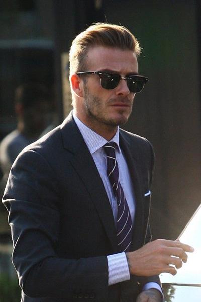男人里的fashion icon小贝在西装与墨镜的搭配上显得就更悠然自得一些了。