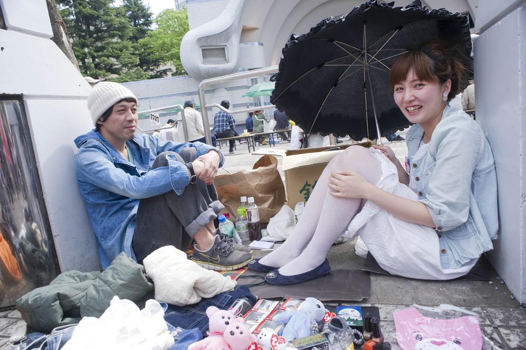 日本东京,代代木公园跳蚤市场。东京遍布着各种跳蚤市场,但其中代代木公园的跳蚤市场绝对是第一名。这里的摊主大多是年轻人,卖的产品主要是各种各样的手工艺品,衣服和饰品。代代木跳蚤市场从1981年就有了,在热闹的日子里,一天在这里摆摊的能有800人。该跳蚤市场基本上一个月开一次,但具体的日期没有规律,人们在这里都可以看到,发现一些很新潮,有趣,很酷的东西。