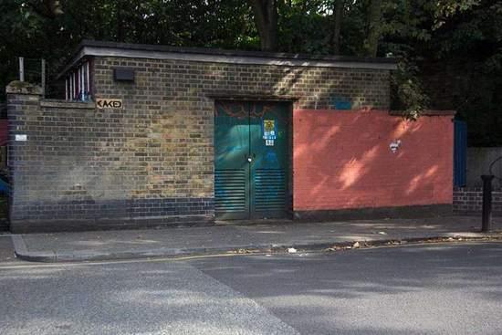 故事要从这个小小的变电站讲起。如照片所示,变电站本身是砖墙,但却有一面醒目的红墙。