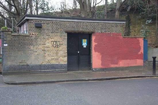清洁工们也遵守约定,回应了对手,几天后他们把墙上的字全用红漆盖掉了。