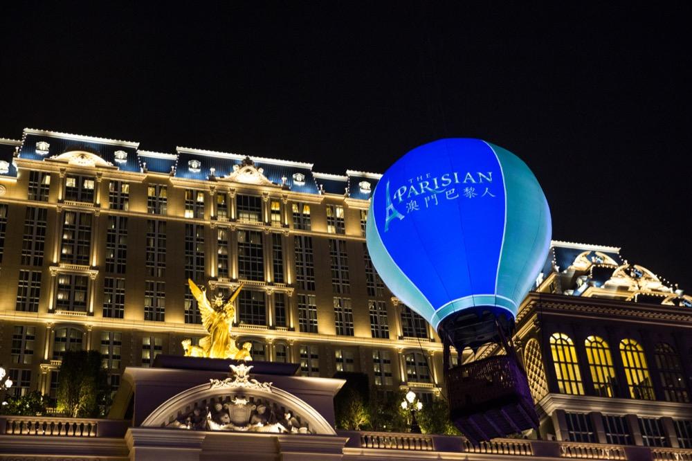 """澳门巴黎人综合度假村的兴建创意来自于著名""""光之城""""巴黎的魅力和奇观,其一大特色为巴黎铁塔,按原建筑物二分之一的比例复制建成。澳门巴黎人提供最齐全的综合度假村设施,包括近3,000间酒店客房及套房、会议展览空间、国际餐厅美食、儿童天地、健身中心、主题水上乐园、设有1,200个座位的剧院及多元化的娱乐选择。澳门巴黎人购物中心则以让人联想起巴黎购物街的街道风格为主题,汇集潮流尖端的时尚品牌,同时融合独特的街头艺人及哑剧表演,令旅客恍如置身于巴黎街头。"""