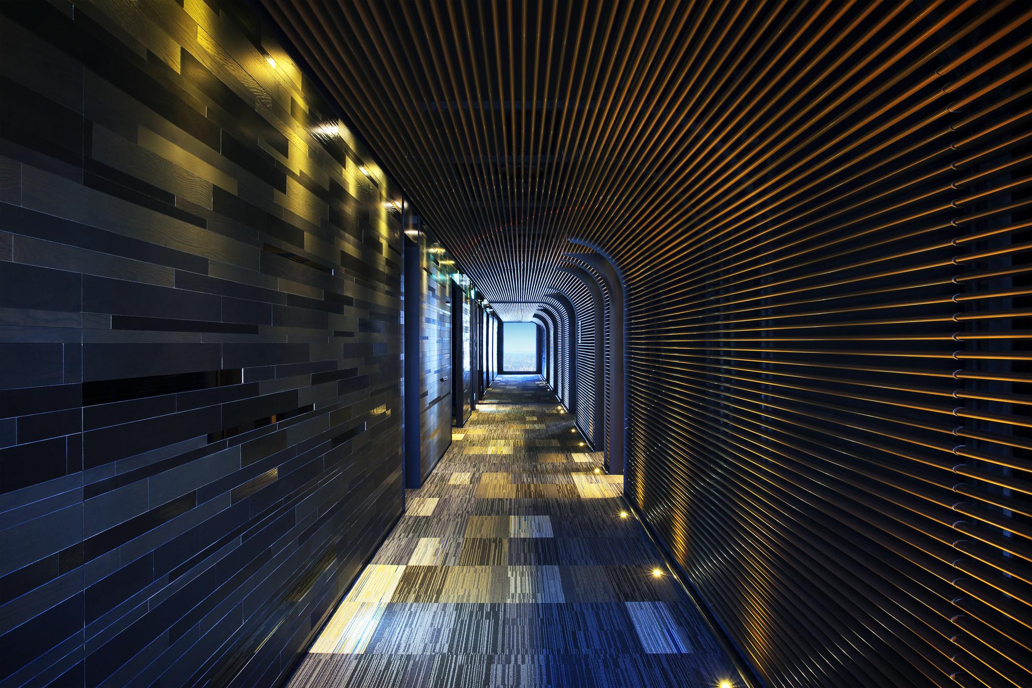 """酒店外观的颜色以浅灰和深灰为主以不规则条框拼凑组合,窗子也呈现出大小不一的形状。在顶层公共空间还有种有一棵茂盛的树,台北中山雅乐轩酒店外观与公共空间设计出自于李天铎鬼才设计师之手,设计灵感源自台湾宝岛最珍贵的自然景观""""山与水""""衍生而来,独特且跳脱建筑常规的外观造型矗立于文化气息浓厚的中山区中极为抢眼,完美诠释李天铎的又一惊艳作品。"""