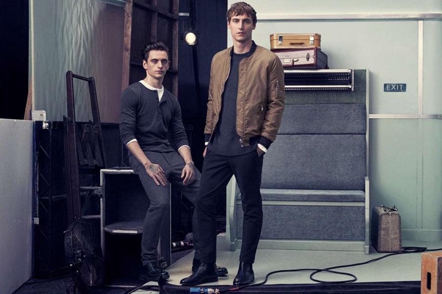 H&M本季邀请到芭蕾舞者Sergei Polunin 与歌手Dev Hynes推出Dapper Dressing系列男装。以列车车厢为场景,打造假日出行的场景,于是,舒适基础款的服装是必备品。本季退出的针织衫、修身裤、运动卫衣与运动夹克,色彩简单、款式随性,一派假日的悠闲状态。