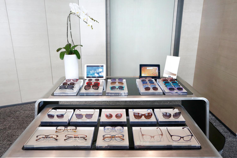GUESS 2017-2018秋/冬全新眼镜设计,完美体现出此举世知名的品牌象征:年轻、性感、充满魅力的生活方式。 全新系列提供多款时尚男女装太阳眼镜和光学眼镜。前框与众不同的几何形状与迷人的材质组合散发时尚魅力,为追求新鲜感和原创设计的年轻人完美之选。