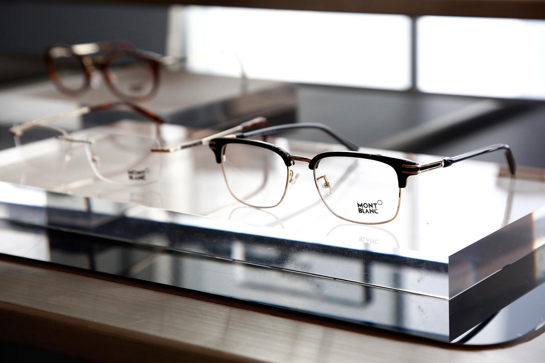 MONTBLANC EYEWEAR 110年以来,万宝龙已成为精进和创新不断的代名词。凭借其创始人的开拓精神,品牌将历史和创新、品质和卓越、工艺专长和优雅特质完美结合。受到真诚价值的启发,2017/2018秋冬季新款眼镜系列囊括了万宝龙所有理念。