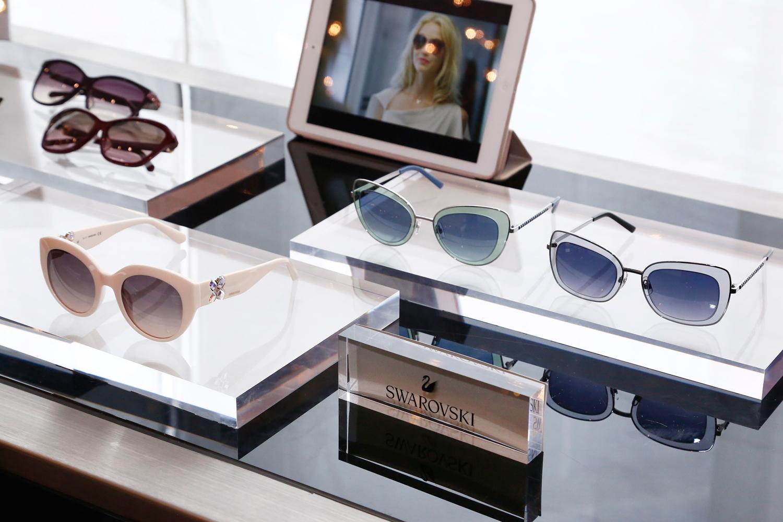 款式多样的时尚镜架搭配晶亮闪耀的细节装饰,使任何女士顿然精神焕发、明艳照人、光彩自信。除了经典颜色外,亦有别具一格的酒红色、紫红色和青蓝色,令色彩组合更加丰富。