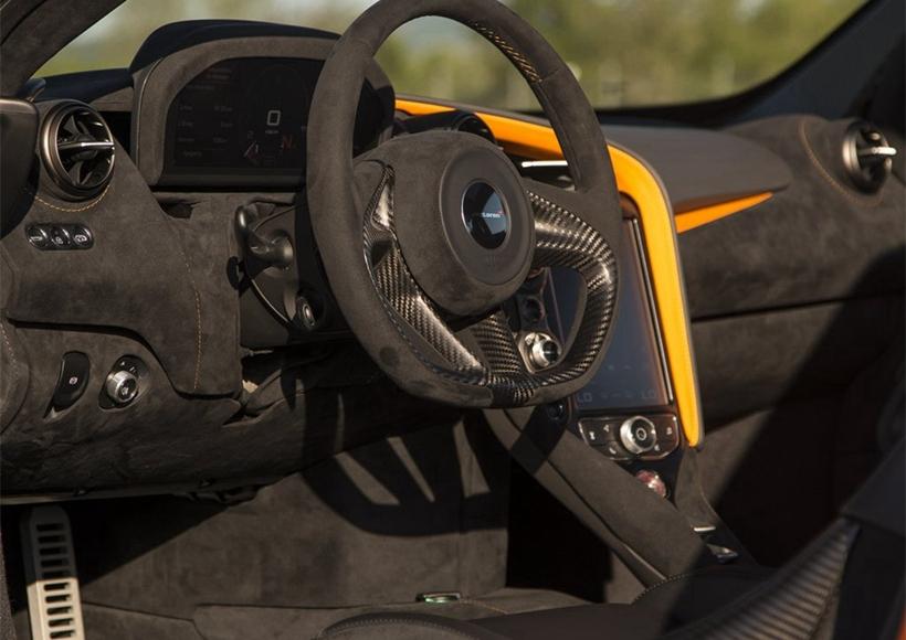 720S的空力设计经升级,下压力增加,冷却效果提高15%,空力效率达到650S的2倍。其中,主动式尾翼位置前移,角度增加,空力刹车在高速下可优化车身平衡。折叠式液晶仪表盘根据不同驾驶模式可显示不同信息,折叠时仪表盘的小型液晶屏。