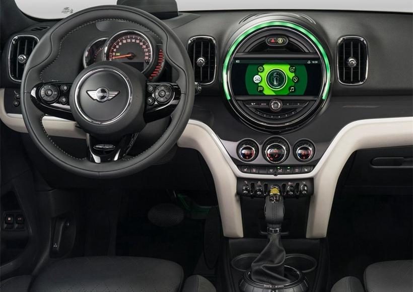 这款车将锂电池组安置在后座下方,7.6kWh的容量搭配快速充电装置可在2小时15分钟完成充电,即使使用家用插座也仅需3小时15分即可充满电。