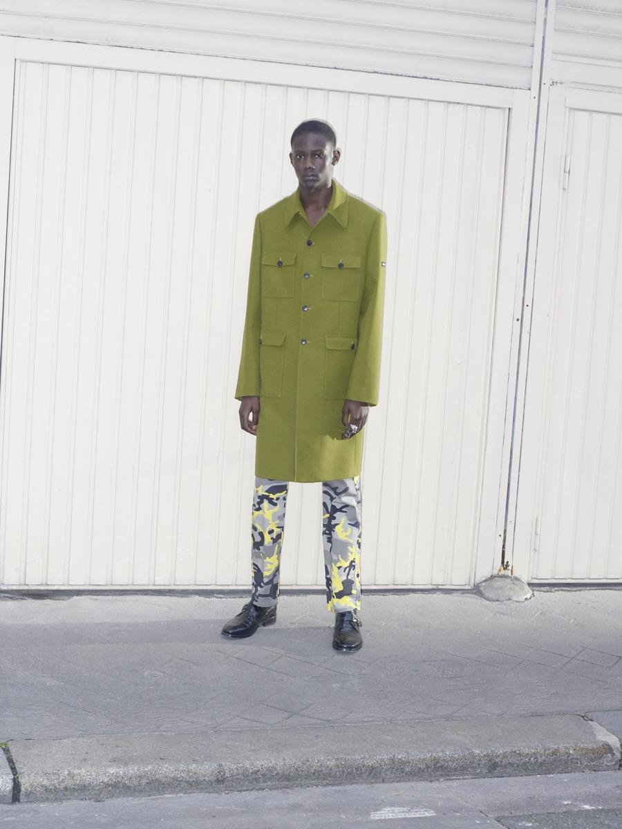 Balenciaga 巴黎世家推出2018早秋男装系列,通过对人物的细致观察,捕捉一系列行 走在巴黎街头的男士特性。这季的设计延续春夏女装系列后进一步深入主题,衔接和 融合了原型服饰深度解构极具辨识度的衣着,轻松打造出男性日常装扮衣橱。融入一 衣两穿的巧妙设计,例如对方格衬衫采用错视处理手法,把两件 T 恤拼接相连,乍一 看好像批了一条围巾。普通与独特,时尚与实用之间的双向对话强调了 Balenciaga 巴 黎世家优先考虑穿着者的个性彰显。