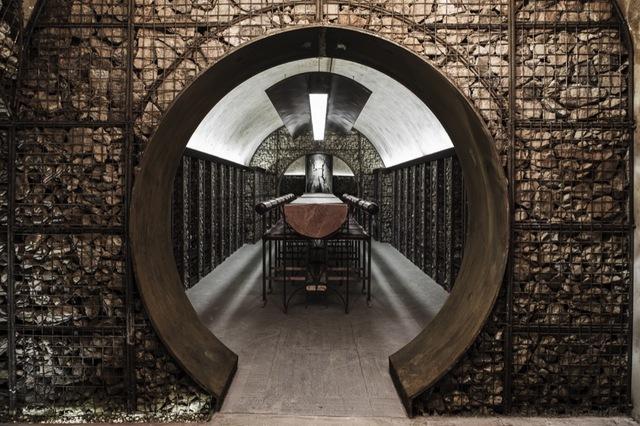 """雨耕山酒窖堪称中国酒窖NO.1,它位于中国安徽省芜湖市镜湖区,得名于所在区域的地名,在20世纪60年代末期15000万平米的老人防工事的基础上改造建设而成,设计及施工团队有几百人,基本上都是手工打造,外界面的石材都是工人手工垒砌。雨耕山酒窖位于地下约20米,与地面的历史古建筑群合称呼应,形成国内独一无二的""""地上地下,文物文化""""园区特色。"""