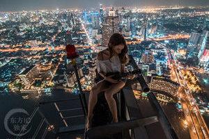 摩天楼顶的撩人摆拍