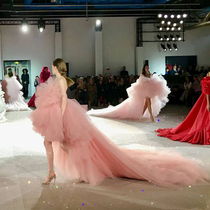 #SuzyCouture: 'Giamba's Army': Short And Decorated, Or Voluminous Froth-Suzy Menkes专栏